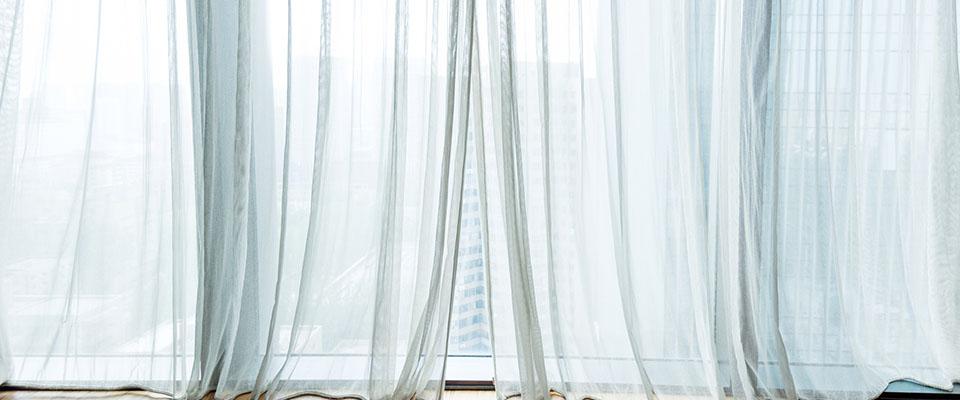 Okno przykryte zasłonami