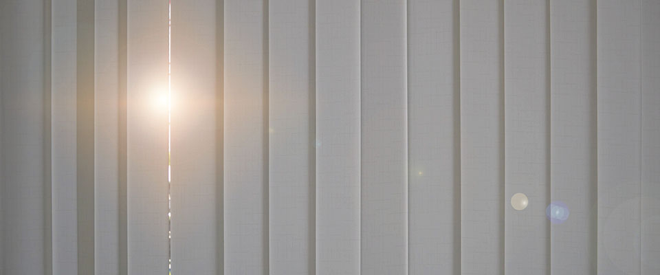 Światło wpadające przez kawałek panela